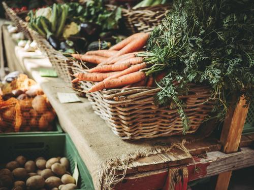 Frische Karotten Lebensmittel Gemüse Frucht Möhre Kartoffeln Ernährung kaufen Gesundheit Gesunde Ernährung Sommer Natur Herbst Klimawandel frisch braun grün