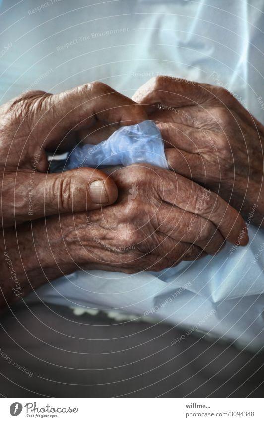 hände alter menschen im pflegeheim - zusammenhalten Seniorenpflege Gesundheitswesen Ruhestand Partner Hand berühren festhalten Gefühle Vertrauen Warmherzigkeit
