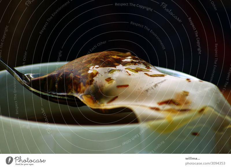 Teebeutel mit Kräutertee auf einem Löffel Heißgetränk Kräuter & Gewürze Getränk aromatisch Tasse heiß gesund Teetrinken Fenchel Salbei Ingwer Kamille Teelöffel