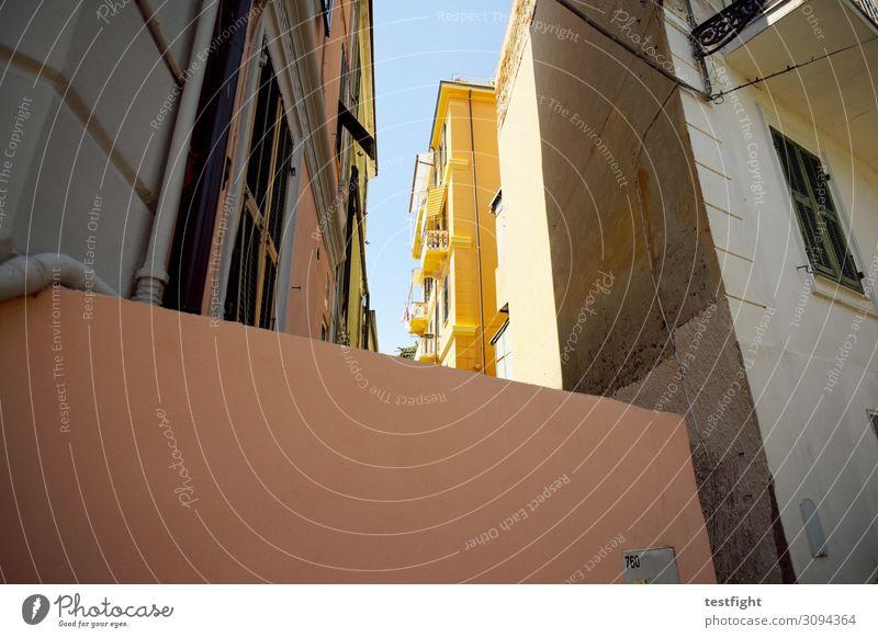 licht und schatten Stadt Haus Erholung Architektur gelb Wand Gebäude Mauer Fassade leuchten Bauwerk Altstadt Stadtzentrum Balkon Terrasse Innenhof