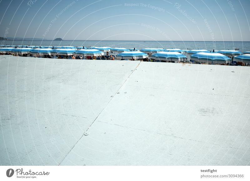 strand Küste Strand Ferien & Urlaub & Reisen Sonnenschirm Sichtschutz Wasser Meer Außenaufnahme Textfreiraum unten Licht Schatten Sonnenlicht