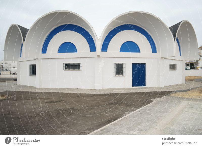 architektur Stadt Menschenleer Haus Hütte Bauwerk Gebäude Architektur Mauer Wand Fassade Tür alt geschlossen weiß blau Außenaufnahme Textfreiraum unten