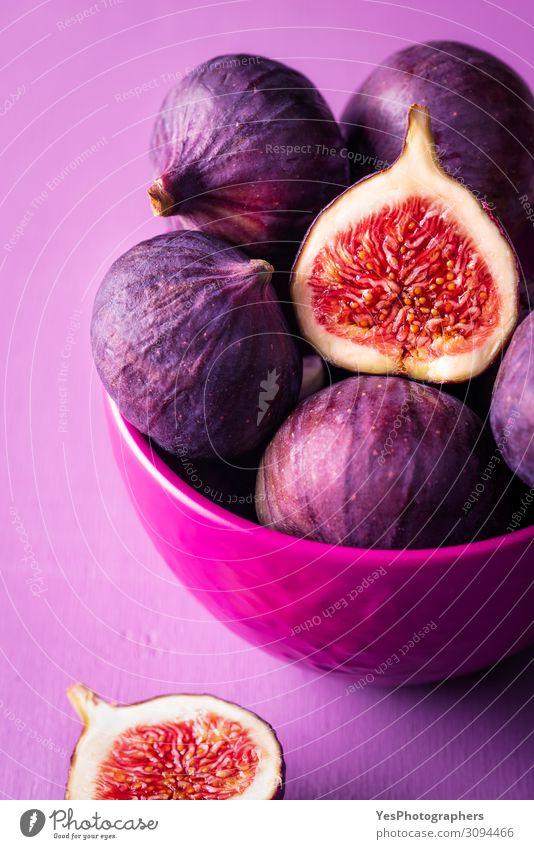 Frische Feigen in einer rosa Schale. Feigen aus nächster Nähe Frucht Dessert Ernährung Bioprodukte Vegetarische Ernährung Diät Schalen & Schüsseln exotisch