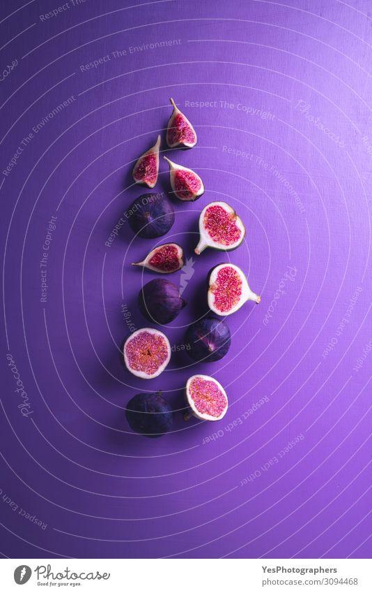 Frische Feigen auf violettem Hintergrund. Feigen in Scheiben geschnitten Gemüse Frucht Dessert Ernährung Vegetarische Ernährung Diät exotisch Gesunde Ernährung