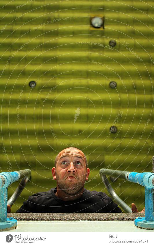 Mann guckt von einem Sprungbrett runter. Mensch maskulin Erwachsene Kopf beobachten Blick Farbfoto Innenaufnahme Studioaufnahme Tag Froschperspektive Oberkörper