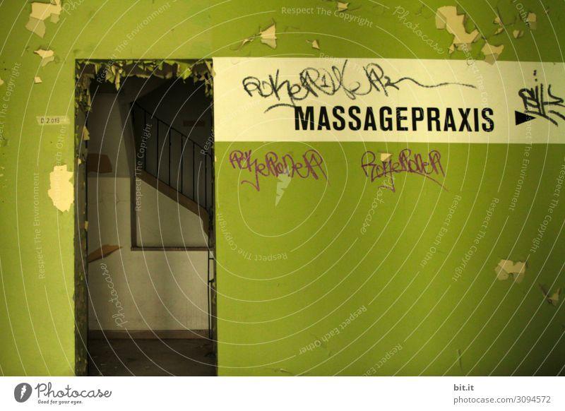 Schriftzug Massagepraxis, auf alter, grüner Mauer Gesundheit Gesundheitswesen Behandlung Seniorenpflege Krankheit Wellness Leben harmonisch Wohlgefühl