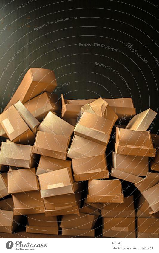 Kartonberg Sammlung liegen nachhaltig chaotisch kaufen Handel Ordnung Überraschung Umweltverschmutzung Umweltschutz Kiste Müll Recycling Papier Material