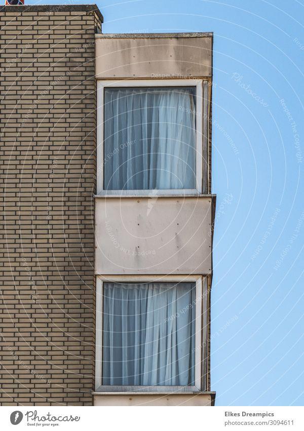 Fenster Haus Wand Gebäude Mauer braun grau Linie Hochhaus Streifen