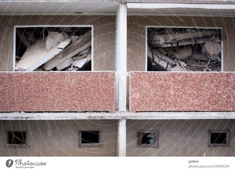 verpackung. Wohnung Renovieren Umzug (Wohnungswechsel) Handwerker Haus Ruine Gebäude Mauer Wand Fassade Fenster Beton Arbeit & Erwerbstätigkeit kaputt Tatkraft