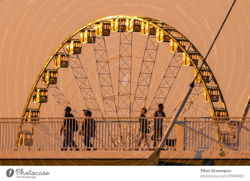 Unterm Riesenrad Freude Spielen Jahrmarkt Sonnenlicht Sommer Wärme Brücke genießen Funktechnik Farbfoto Gedeckte Farben Außenaufnahme Abend Licht