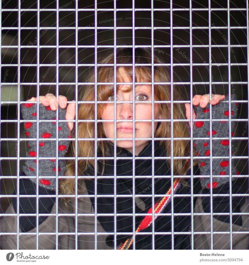 Gesicherte Zone (4) Haus Absperrgitter Junge Frau Jugendliche Gebäude Erkerfenster Jacke Schal Handschuhe Stahl beobachten entdecken Kommunizieren warten
