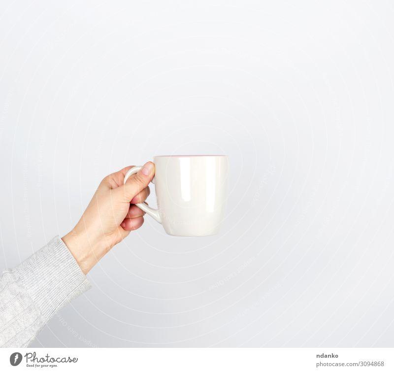 graue Keramikschale in weiblicher Hand Frühstück Getränk Kaffee Espresso Tee Tasse Becher Design Küche Mensch Frau Erwachsene Arme Finger Container heiß weiß
