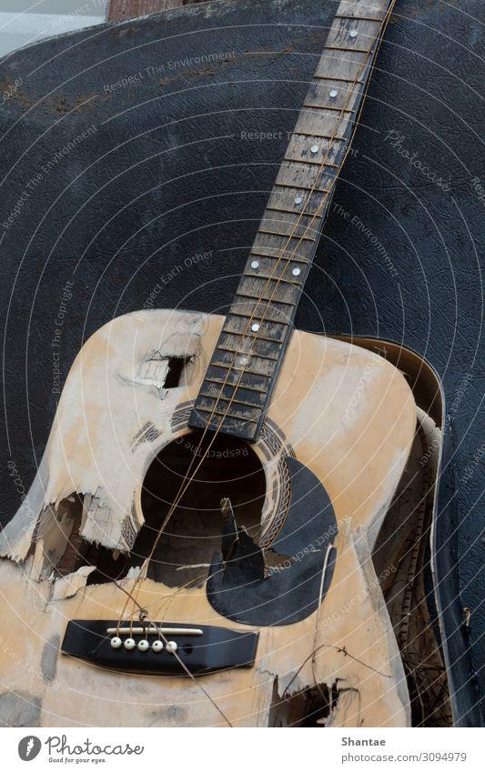 Zerstörte Gitarre Musiker Kunst Kultur Musiknoten Saite Holz gebrauchen Traurigkeit Aggression alt kaputt rebellisch trashig grau Stimmung Schmerz Enttäuschung