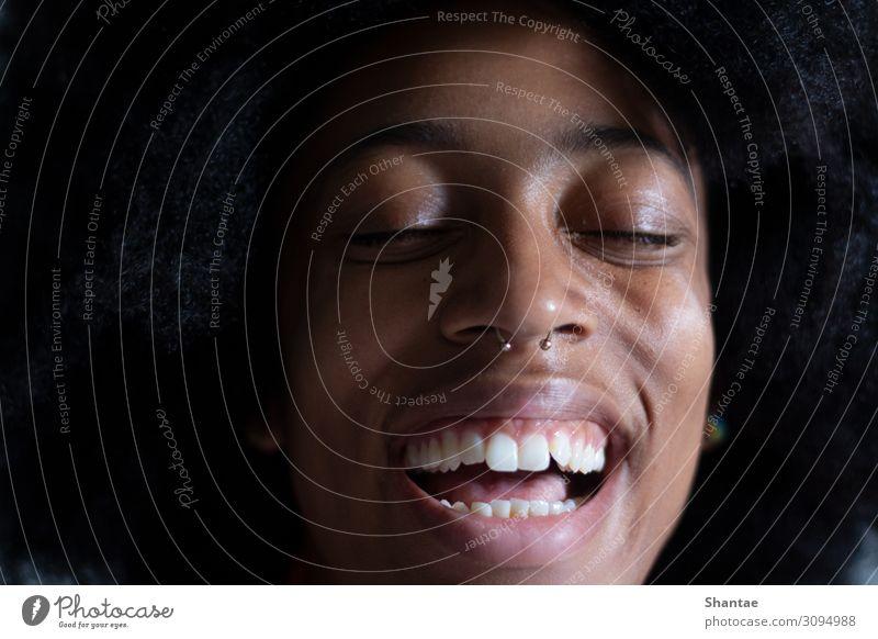 Tout Sourire Freude schön Haut Wohlgefühl feminin androgyn Frau Erwachsene Gesicht Zähne 18-30 Jahre Jugendliche Künstler Kultur Piercing Septum Afro-Look