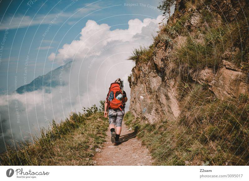 Junge Frau wandert auf dem Meraner Höhenweg Freizeit & Hobby Ferien & Urlaub & Reisen Abenteuer Freiheit Berge u. Gebirge wandern Jugendliche 18-30 Jahre