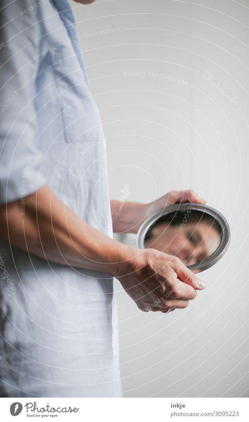 Spiegelbild Lifestyle schön feminin Frau Erwachsene Leben Gesicht Arme Hand 1 Mensch 18-30 Jahre Jugendliche 30-45 Jahre authentisch Identität Charakter Blick