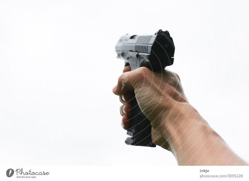 Pistole Lifestyle schießen Jugendliche Erwachsene Hand 1 Mensch Waffe Luftpistole festhalten bedrohlich Ziel Gewalt zielen Farbfoto Außenaufnahme Nahaufnahme