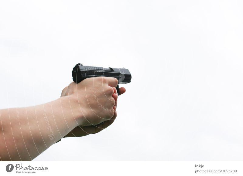Wumme Lifestyle Freizeit & Hobby schießen Mensch Junger Mann Jugendliche Leben Hand 1 18-30 Jahre Erwachsene Waffe Pistole festhalten bedrohlich Konzentration