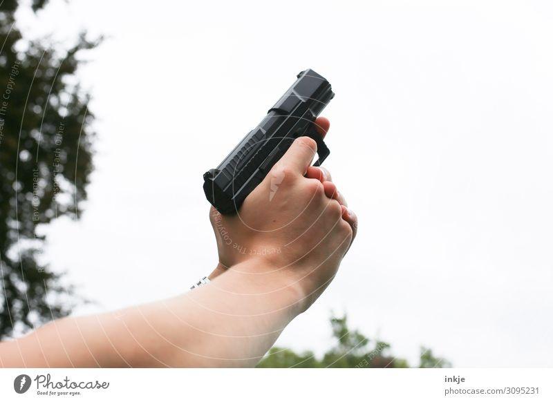 Luftschuß Lifestyle Sportschießen Hand 1 Mensch Waffe Pistole Luftpistole festhalten zielen Startschuss Farbfoto Außenaufnahme Nahaufnahme Textfreiraum rechts