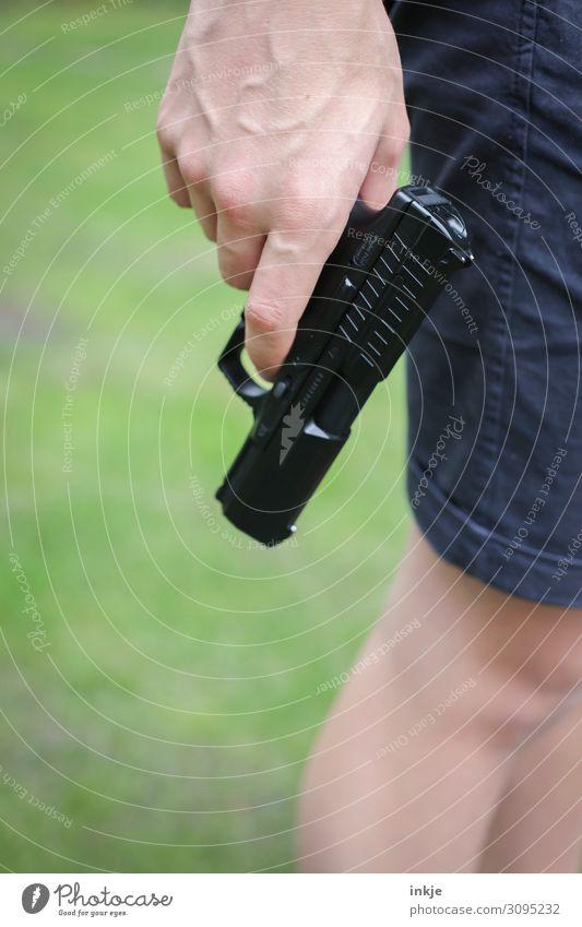 Luftpistole Lifestyle sportschießen Junger Mann Jugendliche Leben Hand Beine 1 Mensch 18-30 Jahre Erwachsene Waffe Pistole festhalten stehen authentisch