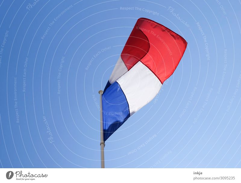 Frankreich Flagge Wolkenloser Himmel Schönes Wetter Fahne Nationalflagge blau rot weiß Politik & Staat wehen Sauberkeit Farbfoto mehrfarbig Außenaufnahme