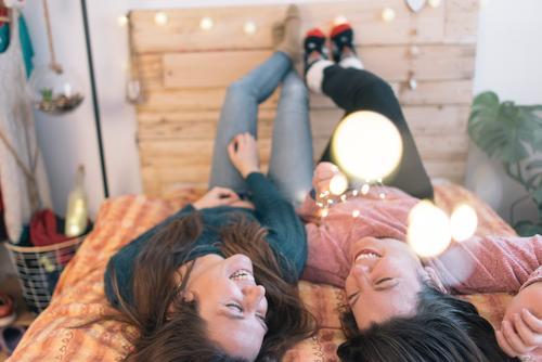 Bester Freund glücklich im Bett mit leichten Weihnachten Mensch feminin Homosexualität Junger Mann Jugendliche Frau Erwachsene 18-30 Jahre 30-45 Jahre