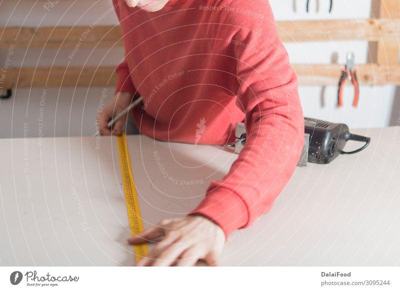Frau mit Maßband bereit, ein Holz zu schneiden. Arbeit & Erwerbstätigkeit Beruf Industrie Business Werkzeug Mensch Erwachsene Hand Gebäude Stoff Handschuhe alt