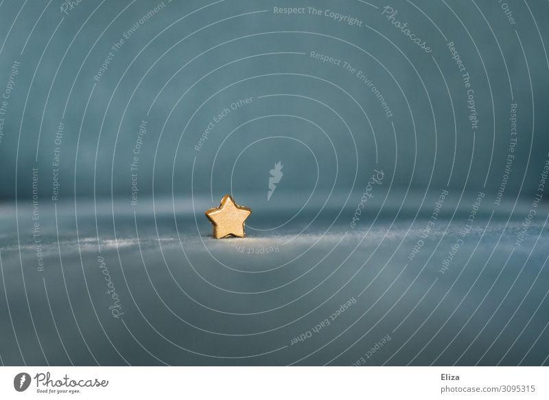 Ein kleiner goldener Stern auf blauem Hintergrund Weihnachten Weihnachten & Advent Weihnachtsdekoration Stern (Symbol) einzeln einzigartig einzelgänger Stoff