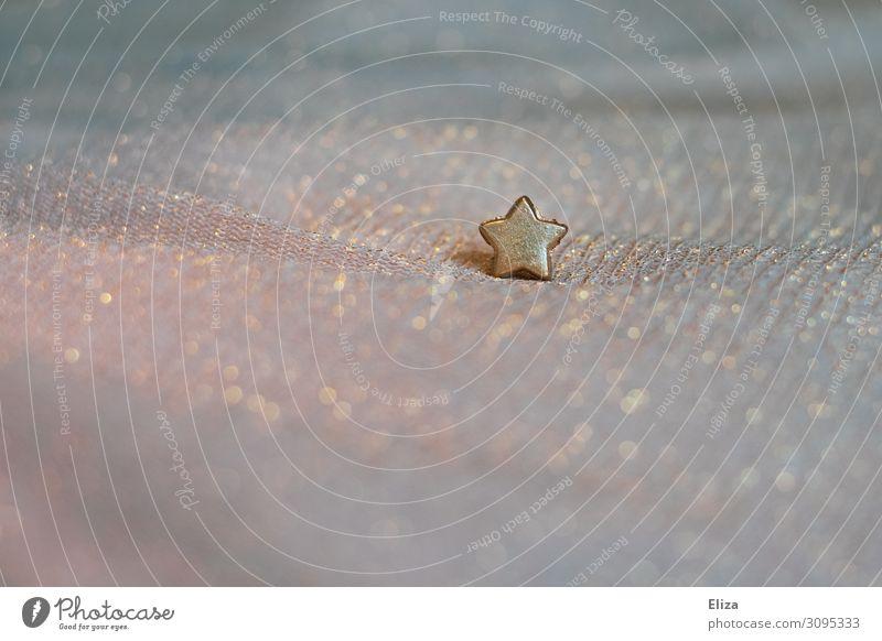 Weihnachten. kleiner goldener Stern auf glitzerndem Stoff. Weihnachten & Advent glänzend schillernd Stern (Symbol) Weihnachtsdekoration Weihnachtsstern dezent