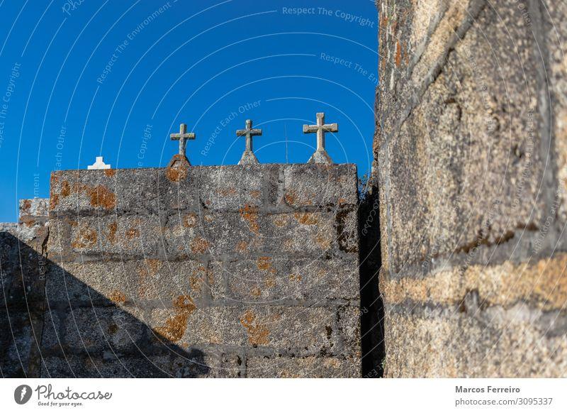 Steinkreuze auf dem romanischen Friedhof Design Kunst Kultur Landschaft Himmel Gras Kirche Architektur Denkmal Zeichen Ornament Kreuz alt gruselig historisch