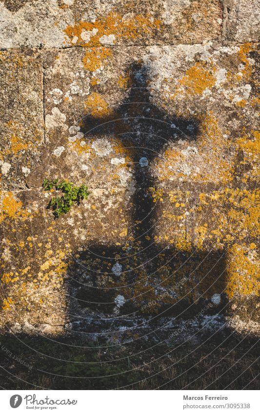 Kruzifix Schatten auf Steinmauer Kunst Skulptur Sonne Kirche Denkmal Zeichen Kreuz alt historisch retro Tod Ende Gelassenheit Religion & Glaube Licht Grabstein