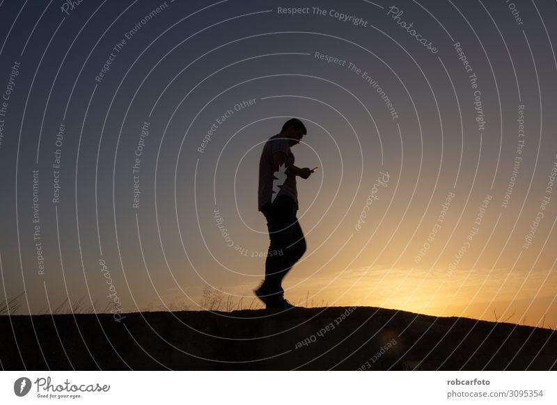 Silhouette des Mannes mit Handy bei Sonnenuntergang Business sprechen Telefon PDA Mensch Erwachsene stehen Telefongespräch dunkel klug schwarz weiß Zelle Mobile