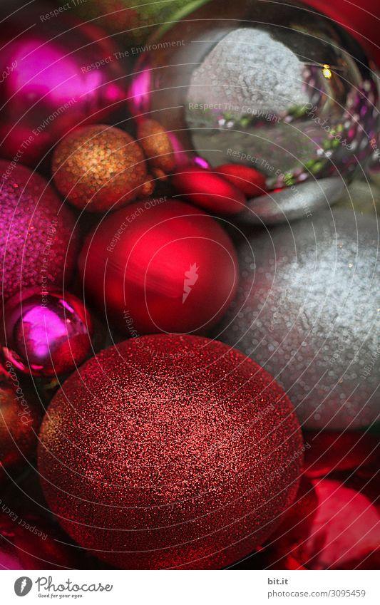 Viele Christbaumkugeln in Rot, Silber und Gold, liegen auf einem Haufen in der Weihnachtszeit. Bunte Sammlung von Weihnachtskugeln, aufeinander, als Dekoration, Verzierung an Weihnachten. Verkauf, Angebot von schönen, runden Kugeln für den Weihnachtsbaum.