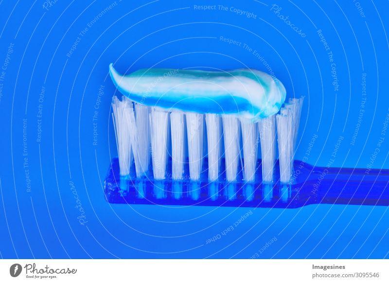 Zahnbürste und Zahnpasta auf blauem Hintergrund. Dental-Konzept. Pflege Gesundheit, Hygiene schön Körperpflege Mundgeruch Zahnpflege Kunststoff rein