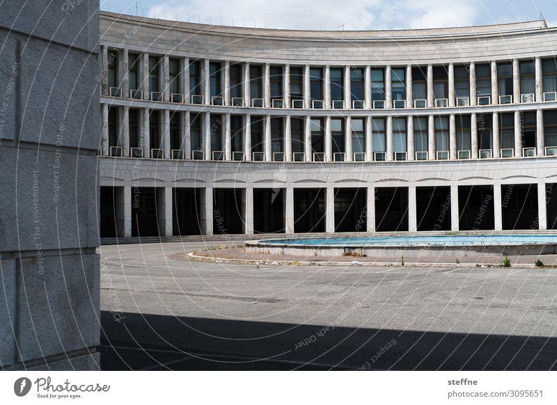 Halbrund Gebäude Architektur Fassade Stadt Kolosseum Bürogebäude Rom Italien historisch Moderne Architektur Weltausstellung EUR Schlagschatten Kontrast Farbfoto
