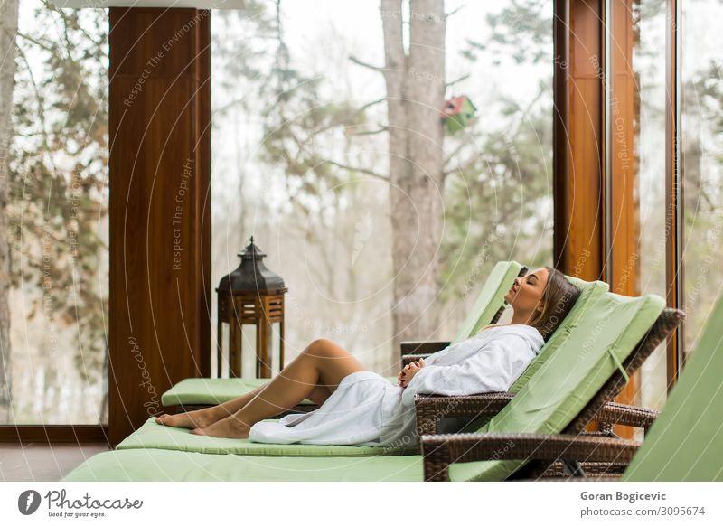 Junge Frau entspannt sich auf dem Liegestuhl am Schwimmbad. Lifestyle schön Wellness Erholung Spa Freizeit & Hobby Ferien & Urlaub & Reisen Sonnenbad Stuhl