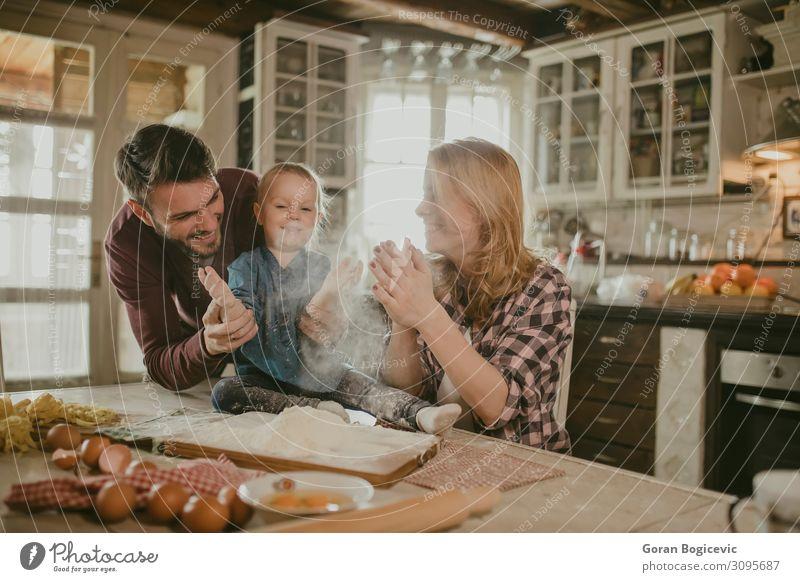 Fröhliches Familienmachen von Nudeln in der Küche Freude Tisch Kind Mensch Mädchen Frau Erwachsene Mann Familie & Verwandtschaft Kindheit 3 Liebe Zusammensein