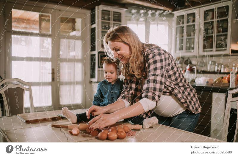 Schwangere Frau und kleine Tochter in der rustikalen Küche Lifestyle Freude Glück schön Tisch Kind Mensch Mädchen Erwachsene Mutter Familie & Verwandtschaft