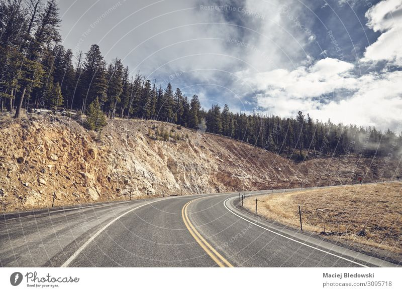 Bergstraßenkurve im Yellowstone Nationalpark, USA. Ferien & Urlaub & Reisen Ausflug Berge u. Gebirge Natur Landschaft Himmel Herbst Hügel Straße Abenteuer