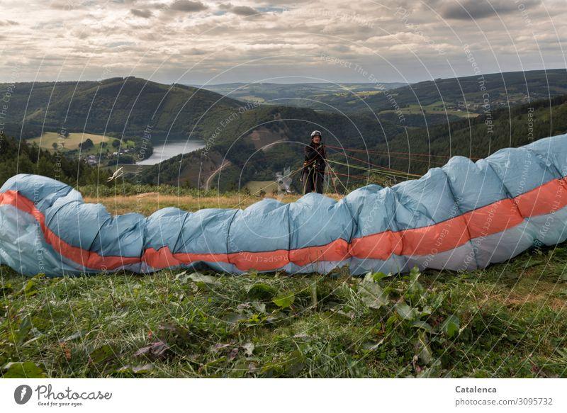 Leinen testen Gleitschirmfliegen maskulin 1 Mensch Landschaft Himmel Wolken Horizont Sommer schlechtes Wetter Pflanze Gras Sträucher Blatt Wildpflanze Wiese