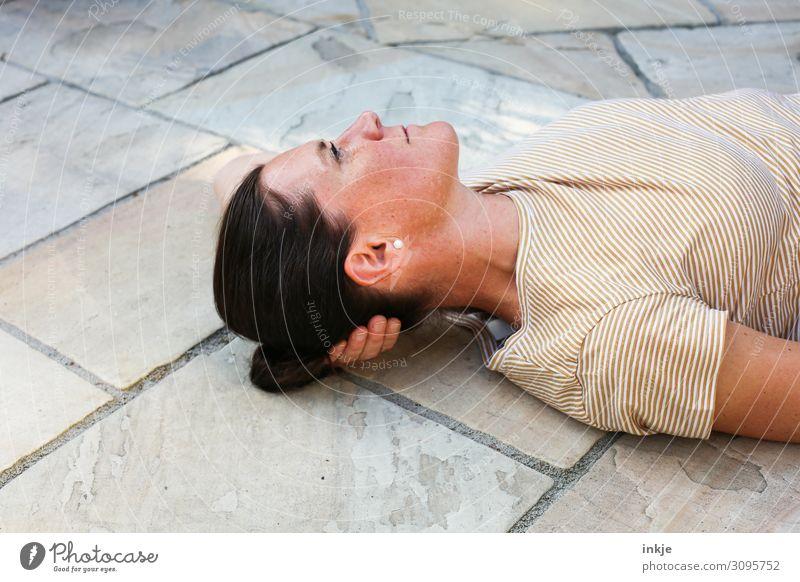 Terasse Lifestyle Freizeit & Hobby Frau Erwachsene Leben Gesicht Oberkörper 1 Mensch 30-45 Jahre 45-60 Jahre Terrasse T-Shirt schwarzhaarig brünett langhaarig