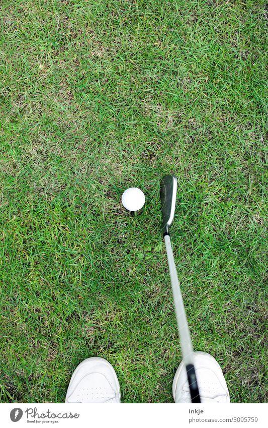 Golf Lifestyle Reichtum Freizeit & Hobby Spielen Sport Golfball Golfschläger Golfplatz Leben Fuß Wiese stehen grün weiß Konzentration Farbfoto Außenaufnahme