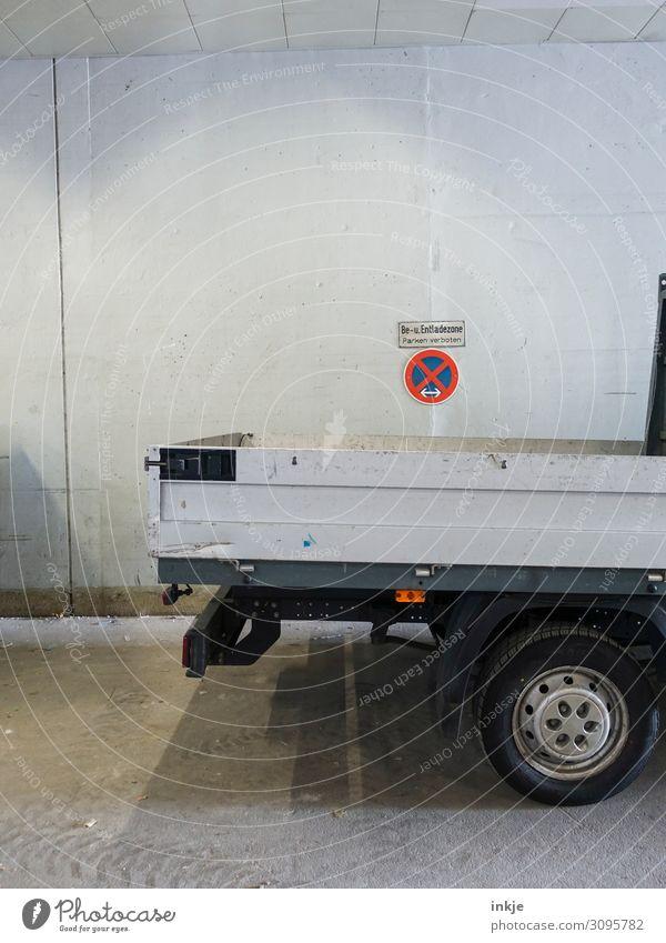 Falschparker Güterverkehr & Logistik Baustelle Menschenleer Mauer Wand Fassade Verkehr Verkehrszeichen Verkehrsschild Lastwagen Ladefläche Schriftzeichen
