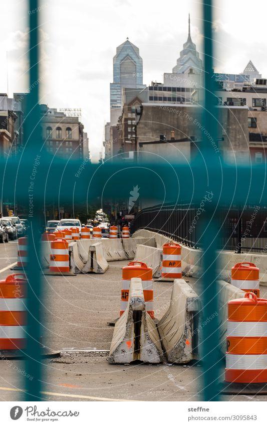 VERTICAL Stadtzentrum Skyline Hochhaus Verkehr Straße Straßenkreuzung Barriere Straßensperre Baustelle Zaun Verkehrsleitkegel Philadelphia USA Farbfoto