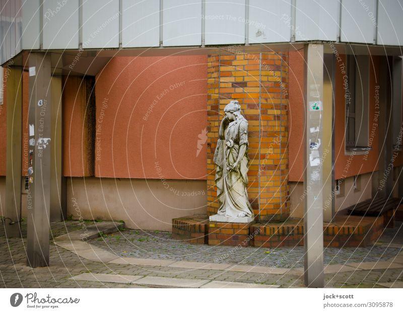 aus der Zeit gefallen Städtereise Skulptur Frankfurt Oder Stadtzentrum Plattenbau Stadthaus Fassade Vordach Fußgängerzone Stein außergewöhnlich historisch