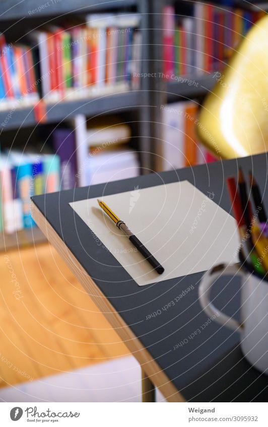 Schreibtisch Wirtschaft Schreibwaren Papier Zettel Schreibstift schreiben Perspektive planen Farbfoto Innenaufnahme Schwache Tiefenschärfe