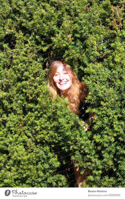 catch me, if you can schön Wohlgefühl Zufriedenheit Junge Frau Jugendliche Kopf Natur Sträucher Park Garten rothaarig langhaarig Erholung lachen Blick leuchten