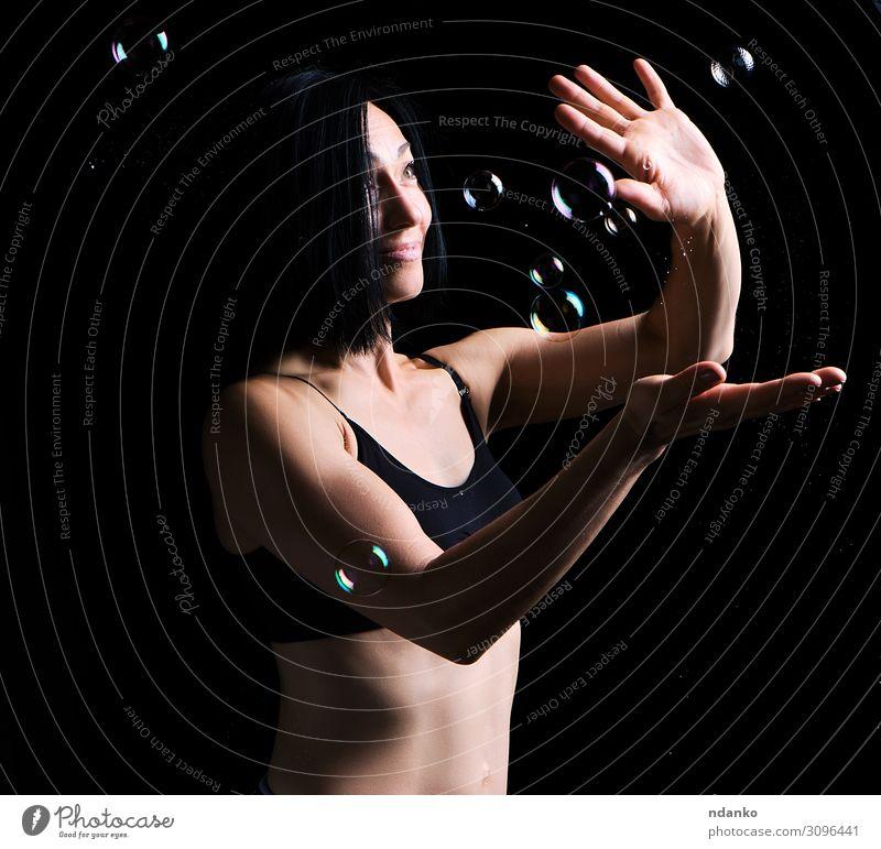 schöne athletische Frau mit muskulösem Körper Lifestyle Sport Fitness Sport-Training Mensch Erwachsene Hand Bekleidung Spielen stehen sportlich dunkel dünn