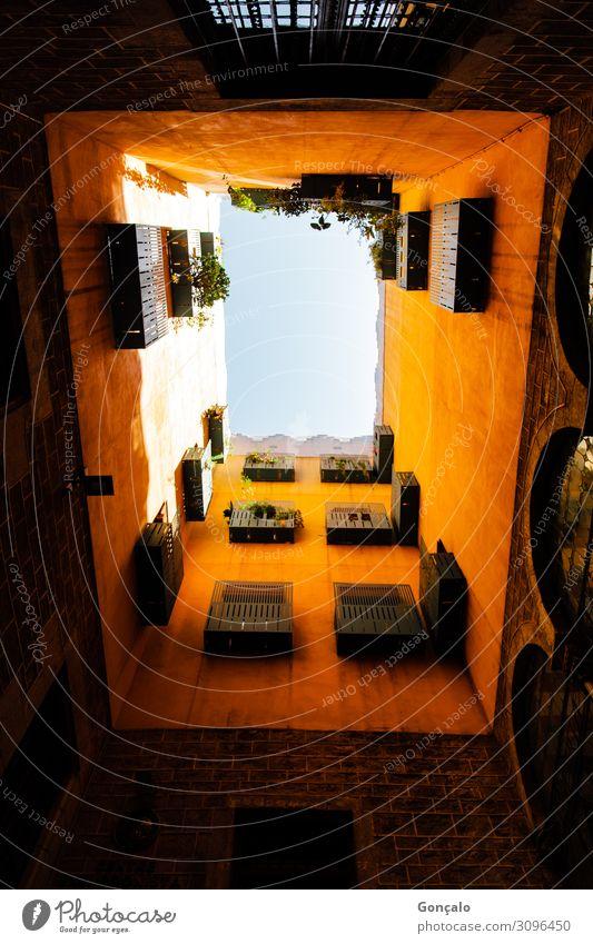 Straßen von Barcelona Spanien Stadt Altstadt Gebäude Architektur Farbfoto Innenaufnahme Tag