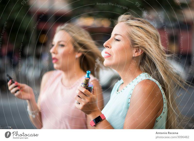 Hübsche Schönheitsfrauen mit elektrischem Zigarrenvaping Dampf Lifestyle elegant schön Freizeit & Hobby Technik & Technologie Mensch Frau Erwachsene Hand Straße